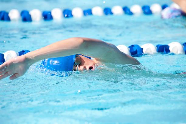 young teenage boy freistil schwimmen sie ein paar bahnen schwimmen - number 13 stock-fotos und bilder