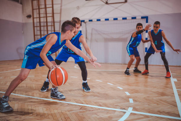 Junge Teenager-Jungen Basketball spielen – Foto
