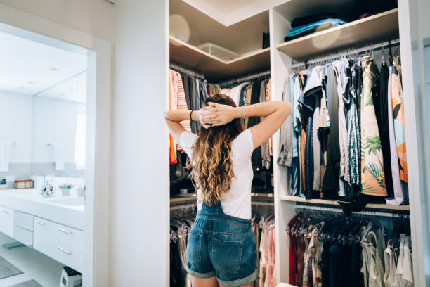 junge teenager-mädchen wählen, was zu tragen - kleiderschrank ohne türen stock-fotos und bilder