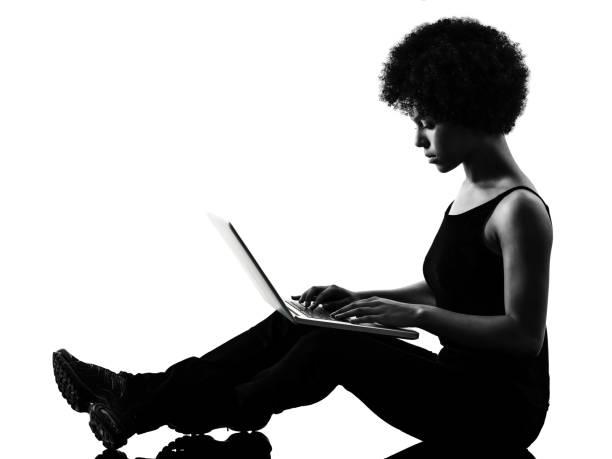 Junge Teenagerin Frau Computer-Laptop-Sowhouette isoliert – Foto