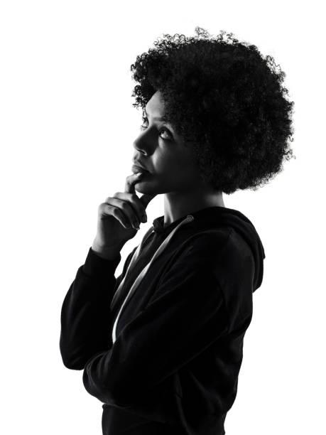 Junge Teenager-Mädchen Frau Schatten Blick nach oben denken Silhouette isoliert – Foto