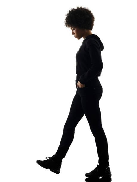 giovane adolescente ragazza donna cammina tristezza ombra silhouette isol - guardare verso il basso foto e immagini stock