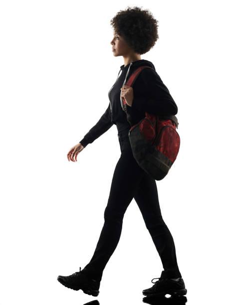 junge Teenager Mädchen Frau zu Fuß Schatten Silhouette isoliert – Foto