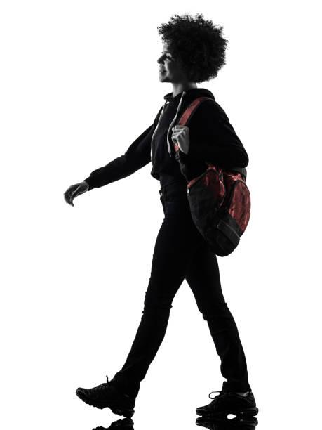 Junge Teenager-Frau zu Fuß lächelnde Schattensilhouette isoliert – Foto