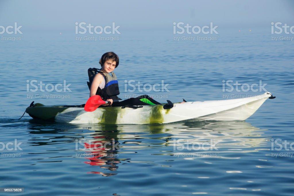 Jeune adolescent kayak - Photo de 12-13 ans libre de droits