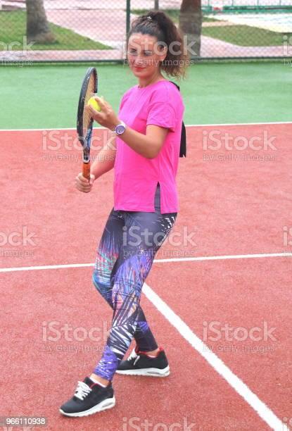 Young Tennis Coach Woman Shooting - Fotografias de stock e mais imagens de Adulto