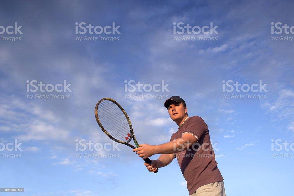 Jungen tennis-Spieler warten ball über das Netz – Foto