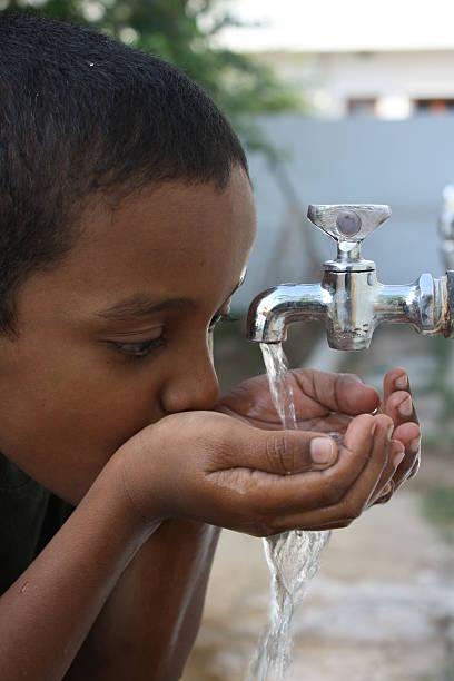 spragniony - tap water zdjęcia i obrazy z banku zdjęć