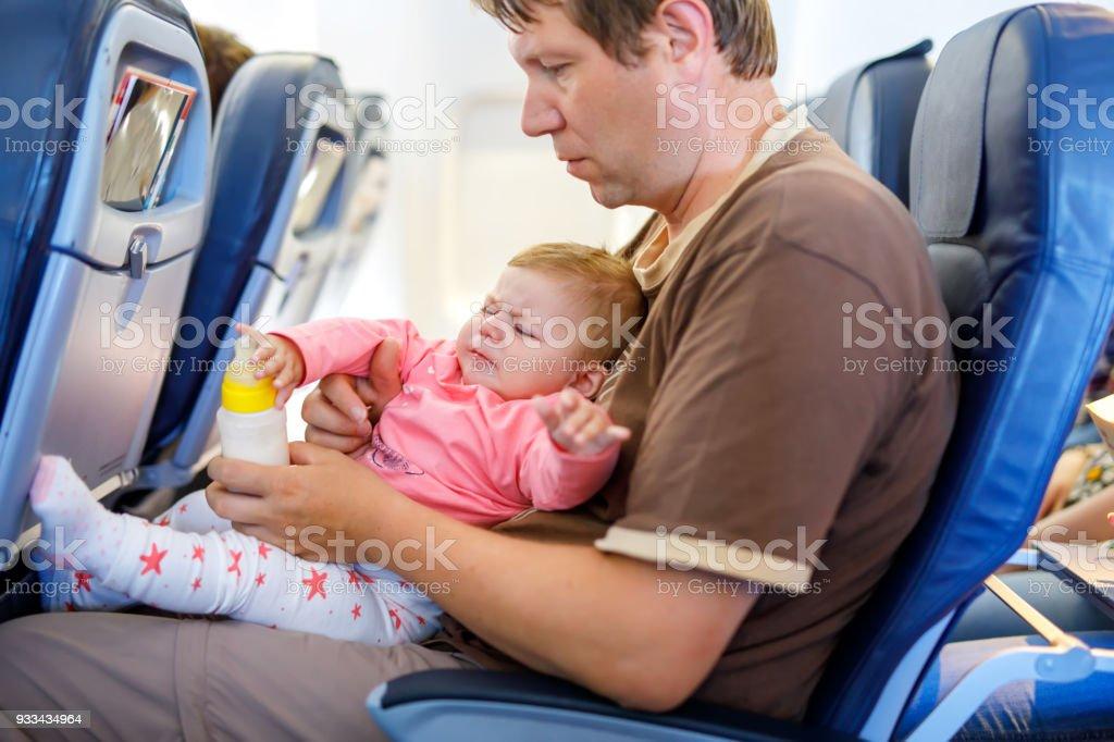 Junge müde Vater und Tochter schreiendes Baby während des Fluges im Flugzeug in den Urlaub gehen – Foto