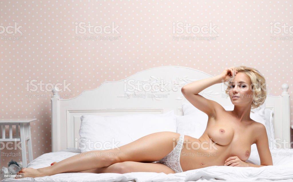 topless Mädchen in Höschen