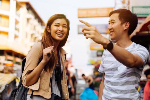 Junge Touristen fragen nach dem Weg von Einheimischen – Foto