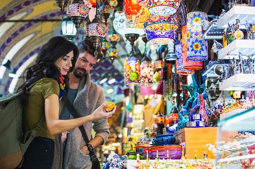 Young Tourist Couple Shopping In In Grand Bazaar Istanbul Turkey - Fotografie stock e altre immagini di 2017