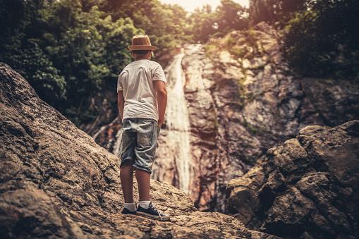 Jonge Toeristische Jungle Verkennen Stockfoto en meer beelden van Avontuur