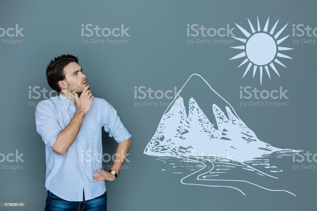 Junge Touristen neugierig beim Blick auf die hohen Berge - Lizenzfrei Ein Mann allein Stock-Foto