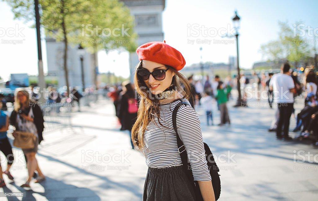Jeune femme appréciant touristiques de Paris - Photo