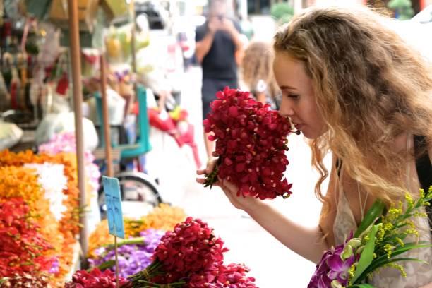 有花香味的年輕旅遊婦女圖像檔