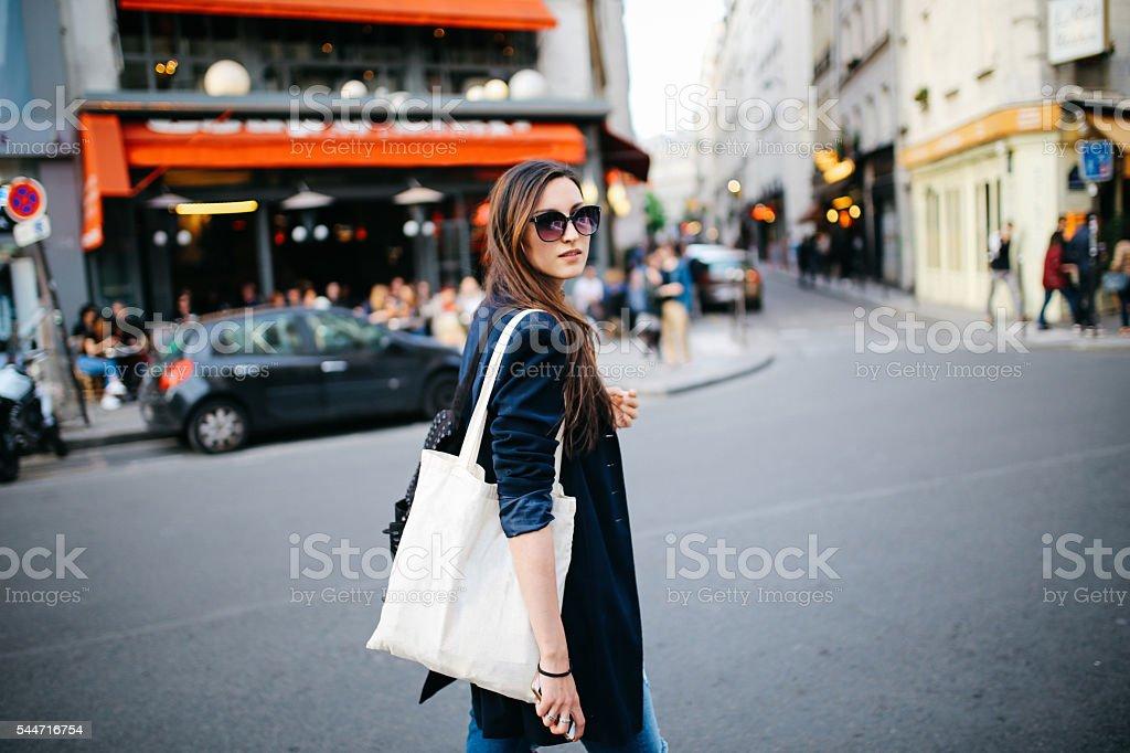 turista joven mujer caminando en París - foto de stock