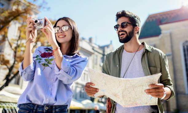 Junge Touristen genießen im Urlaub, Spaß zusammen in der Stadt. Tourismuskonzept – Foto