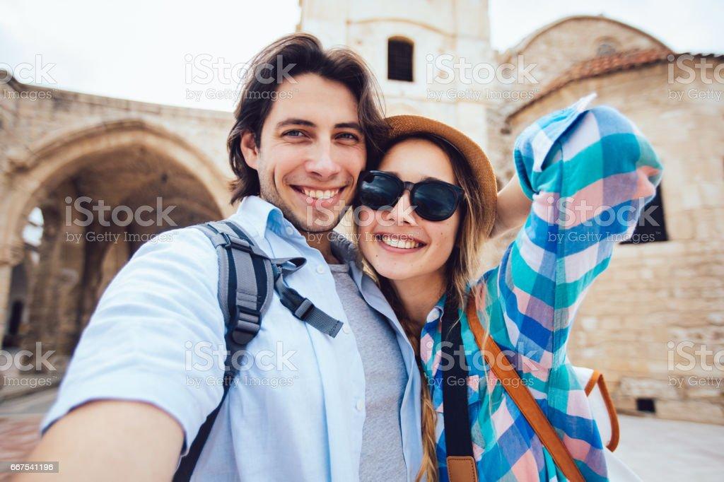 Jovens turistas tomando um selfie na frente do edifício antigo - foto de acervo