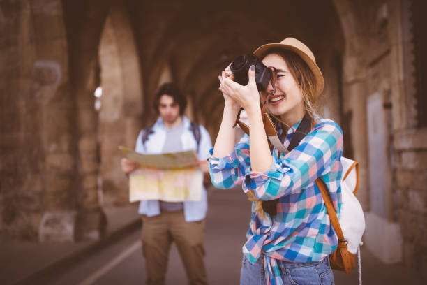 junge touristen mit karte und kamera in der mittelalterlichen altstadt - hochzeitsreise zypern stock-fotos und bilder