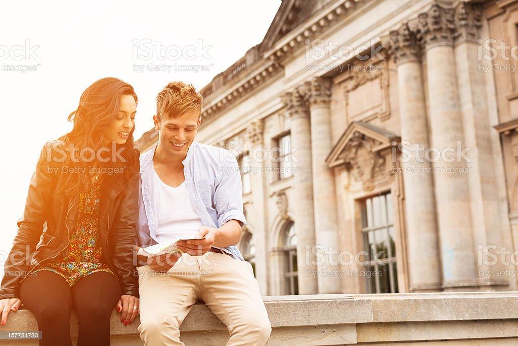 Junge Touristen mit Karte – Foto