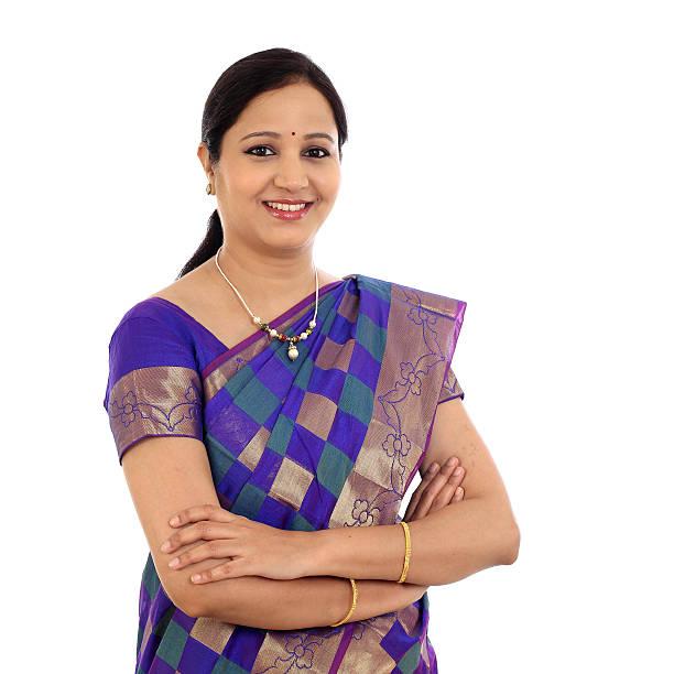 jovem indiano tradicional mulher com os braços cruzados  - dona de casa - fotografias e filmes do acervo