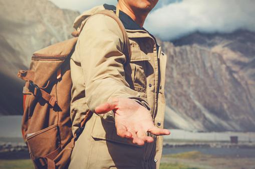 Young Travel Man Lending A Helping Hand In Mountain - zdjęcia stockowe i więcej obrazów Alpinizm