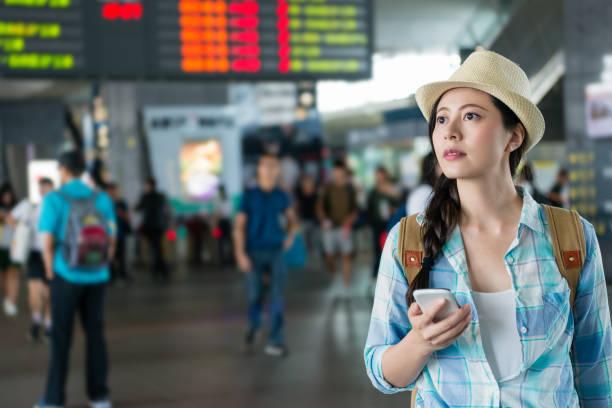 genç kadın çıkış platformu seyahat. - sefer tarifesi stok fotoğraflar ve resimler