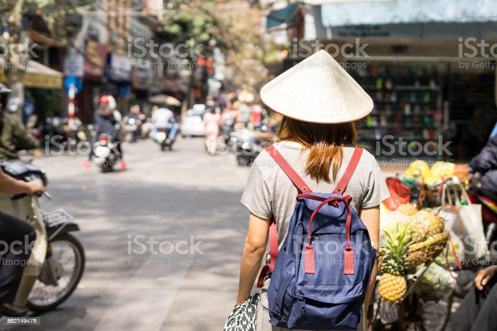 Junge Reisende mit Rucksack bei Altstadt in Hanoi – Foto