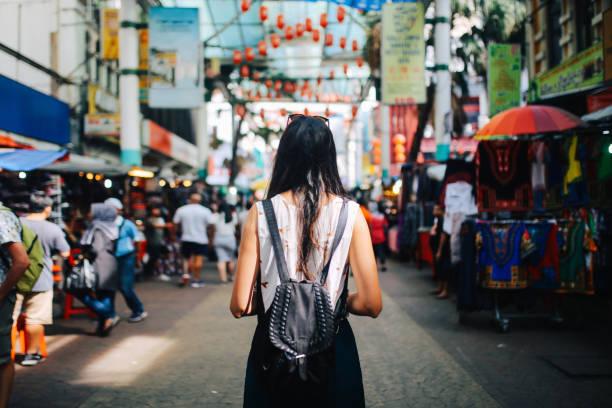쿠알라룸푸르 차이나타운 지구에 젊은 여행자 여자 - 바자 뉴스 사진 이미지