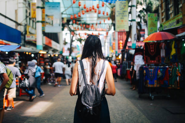 young traveler woman in kuala lumpur chinatown district - bazar mercato foto e immagini stock