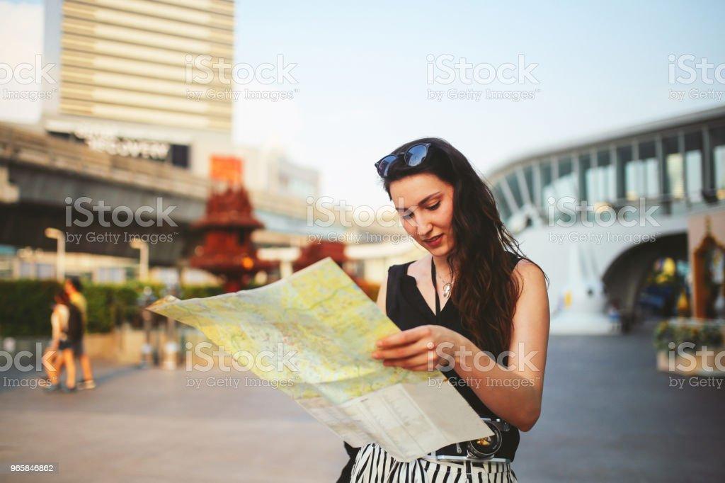 Jonge reiziger vrouw op zoek op de kaart in Bangkok - Royalty-free Alleen volwassenen Stockfoto