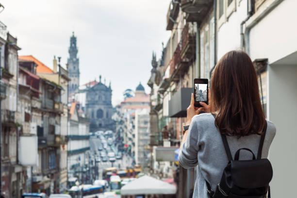Junge Reisende Frau ein Foto mit ihrem Handy in Porto, Portugal – Foto