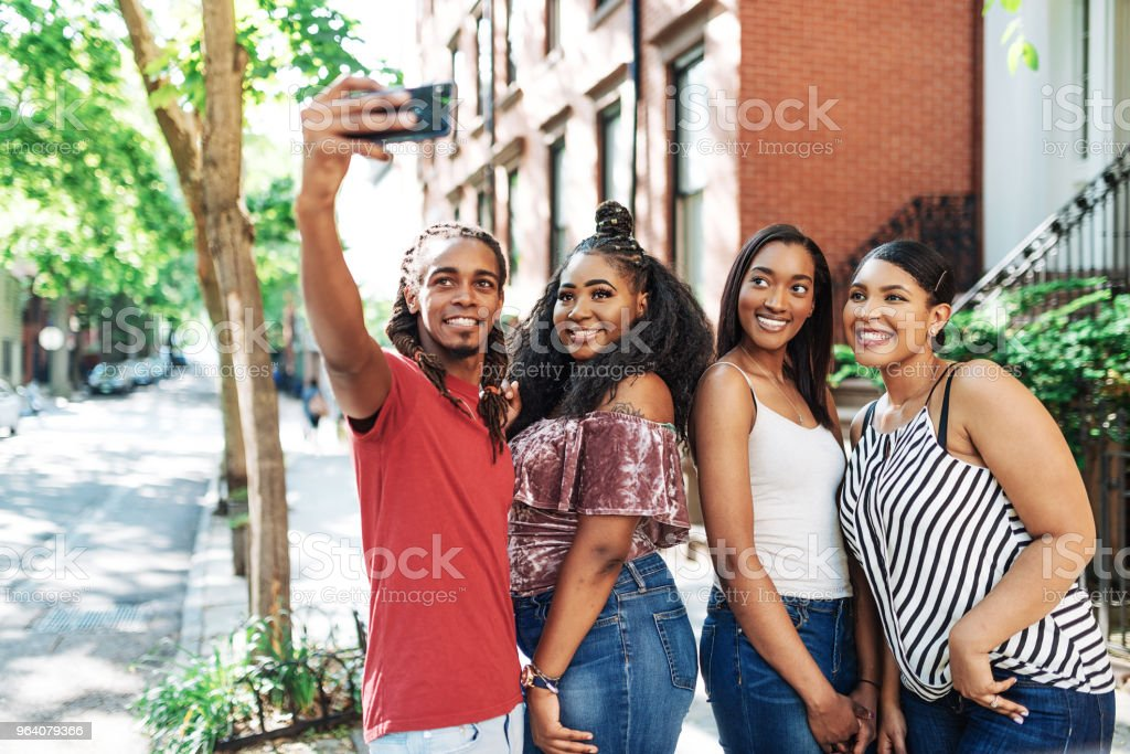Young travelers on city break taking selfie in Lower Manhattan - Royalty-free 20-29 Years Stock Photo