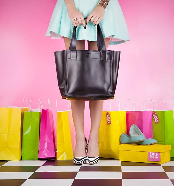junge moderne frau mit high heels mit einkaufstaschen - kleider günstig kaufen stock-fotos und bilder