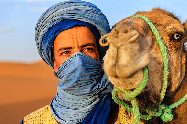 Młody Tuaregowie z wielbłąda na Western Sahara pustynia w Afryce. – zdjęcie
