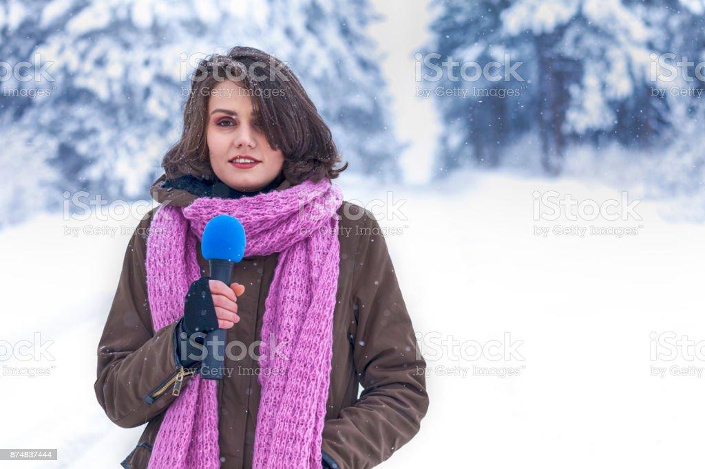 Jovem repórter de tv na floresta de inverno - foto de acervo