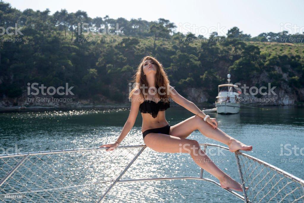 Modelo De Con Ucraniana Yate Sentado El Junto Joven Traje Baño A En qjSVLpUzMG
