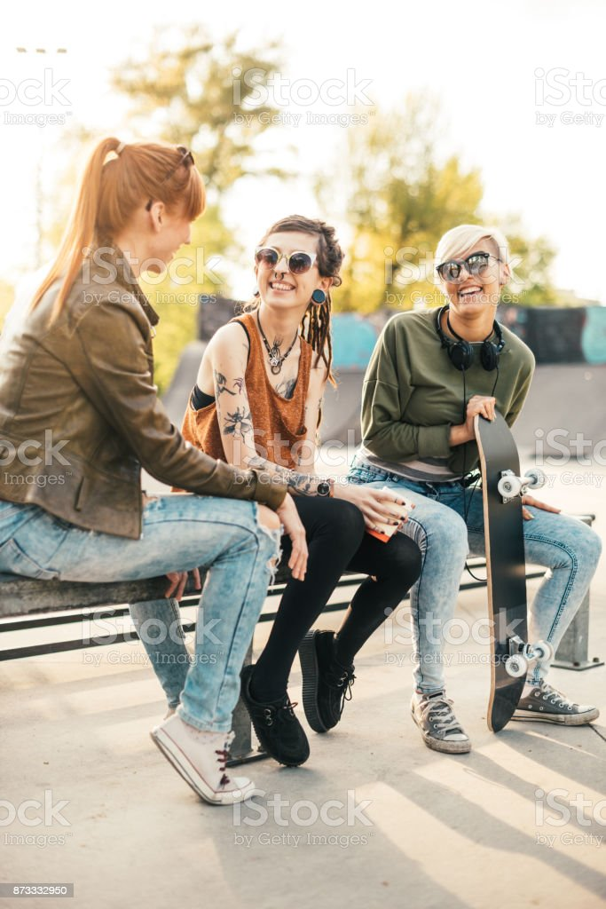 Städtischen Mädchen eine Pause im Skatepark Lizenzfreies stock-foto