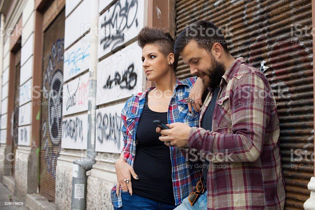 Young Urban Personen mit Graffiti im Hintergrund – Foto