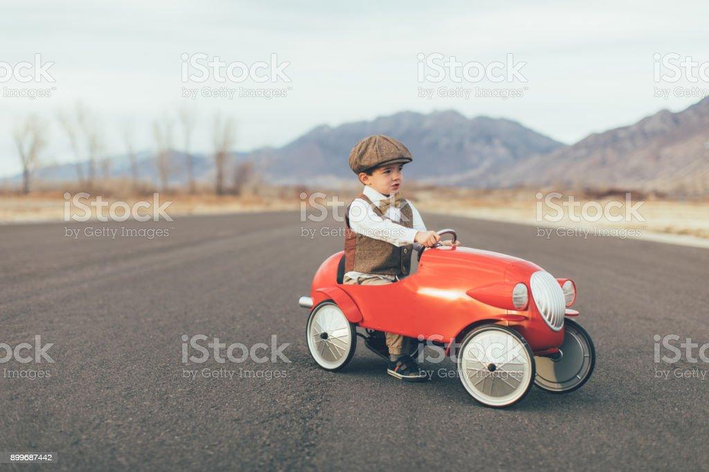 Vintage Junge treibt Spielzeugauto – Foto