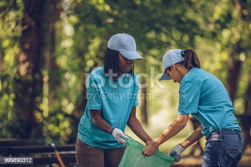 istock Young volunteers picking up trash 999890312