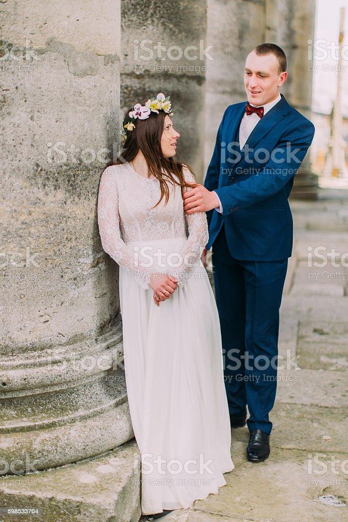 Young wedding couple posing outside near atique building with columns photo libre de droits