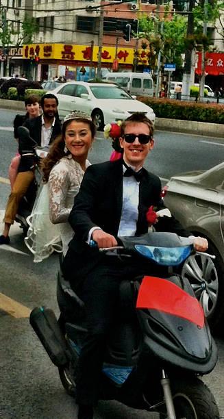 junge hochzeit party für mopeds, street-fotografien. - brautjungfer kleid china stock-fotos und bilder