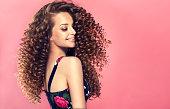 若い、プロファイルで膨大な髪型と広い笑顔茶色髪の女性。