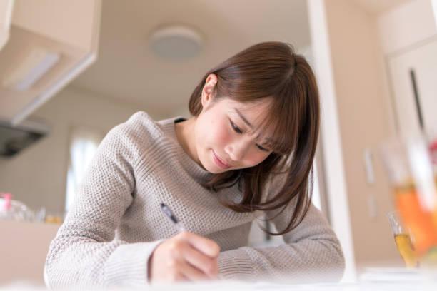 食堂で働いている若い妻 - 書く ストックフォトと画像
