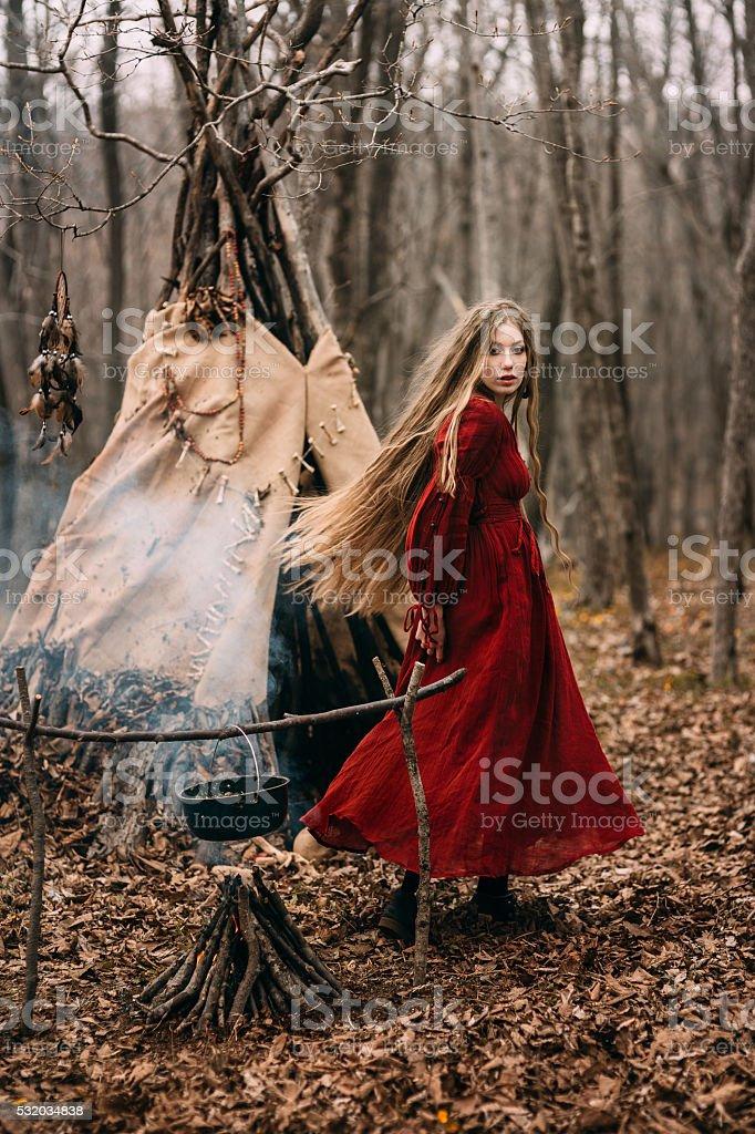 Jovem bruxa na Floresta de outono - foto de acervo