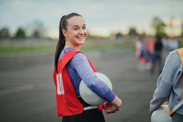 Junge Frau über Netball zu spielen – Foto
