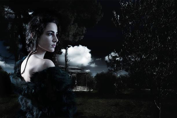 Junge Frau allein in den Wald – Foto