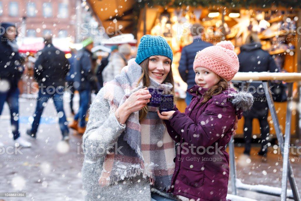 Junge Frau und niedlichen Kind Mädchen mit Tasse dampfenden Kakao oder Kinder-Punsch – Foto